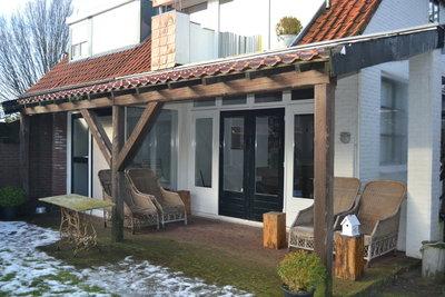 Houten terrasoverkapping met een pannendak